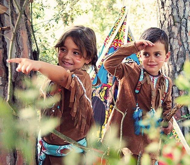 disfraz-indio-ninos-jugando-disfrazados