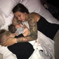Colecho: Los bebés necesitan dormir con alguien